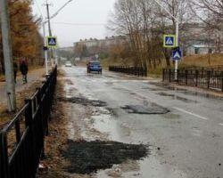Жители Зеи заметили рабочих, укладывающих асфальт в дождь
